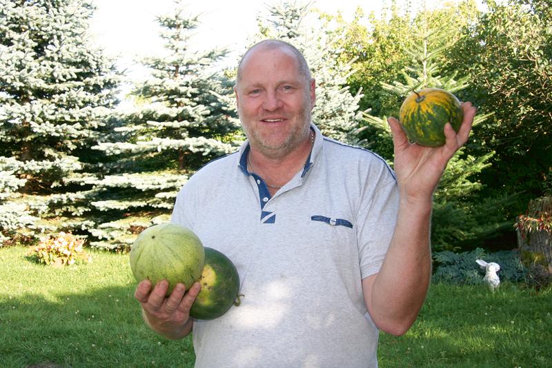Rolands Dambis demonstrē šāgada standartu – kilogramu smagos arbūzus.