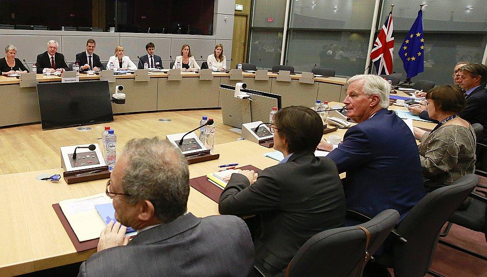 Apvienotās Karalistes delegācija un ES delegācija breksita sarunu raundā vakar Briselē (ES sarunvedējs Mišels Barnjē ceturtais no labās).