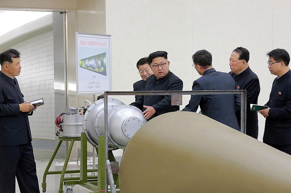 Phenjanas režīma 3. septembrī izplatītā attēlā Ziemeļkorejas vadonis Kims Čenuns pārrauga ūdeņraža bumbas ievietošanu starpkontinentālās ballistiskās raķetes kaujas galviņā. Kā atzīmē ārzemju ziņu aģentūras, šī attēla autentiskumu nevar pārbaudīt, jo Rietumu žurnālistiem bija liegta klātbūtne.
