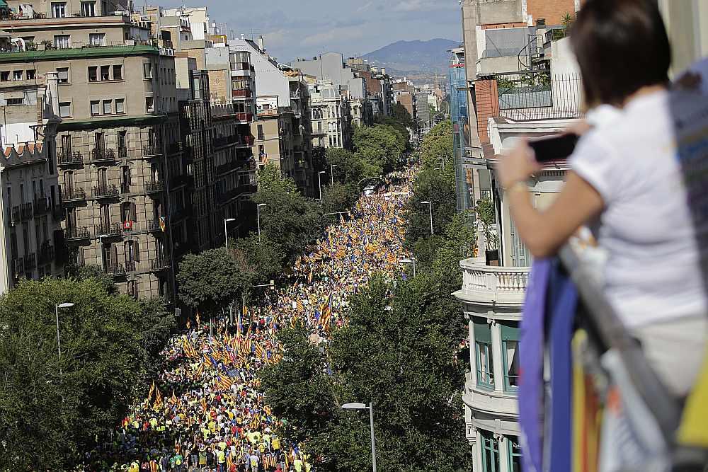 Barselonā Katalonijas neatkarības atbalstītāju demonstrācijā pirmdien piedalījies aptuveni miljons cilvēku.