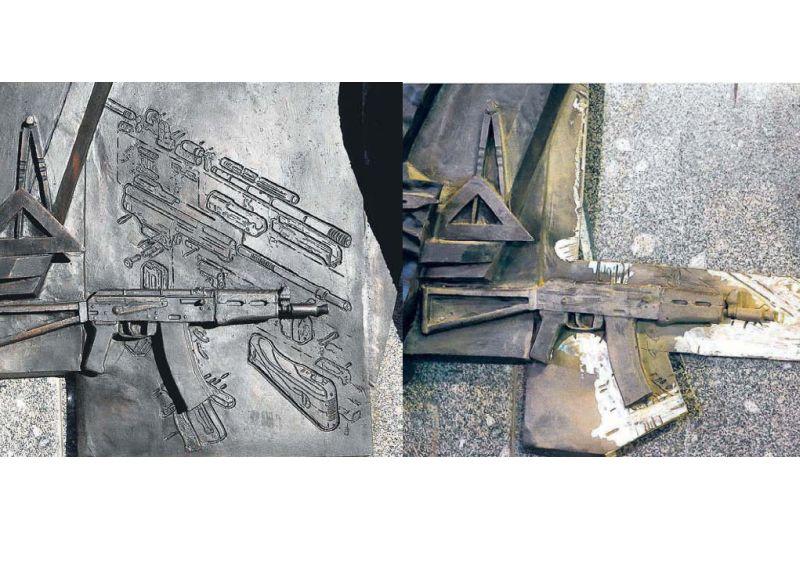 """Dažas dienas pēc Kalašņikova pieminekļa oficiālās atklāšanas Maskavas centrā ar slīpmašīnu no vienas pieminekļa plāksnes tika likvidēts uz tās atveidotais nacistu armijas triecienšautenes """"StG-44"""" attēls."""
