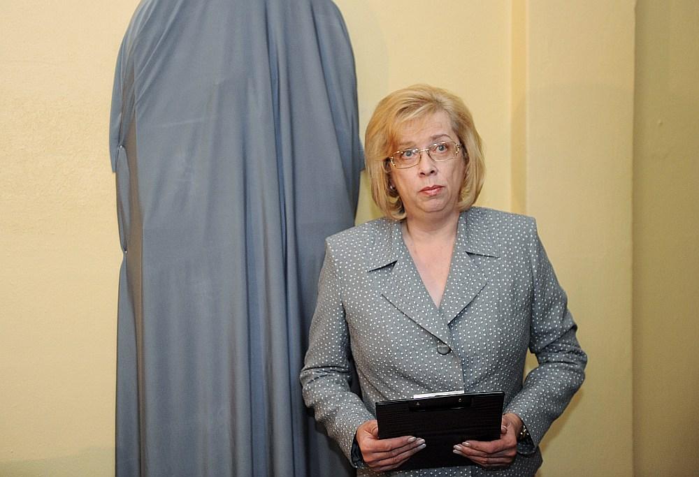 Komentējot lietu izskatīšanas ilguma pieaugumu, Rīgas pilsētas Latgales priekšpilsētas tiesas priekšsēdētāja pienākumu izpildītāja Sandra Strence norāda, ka jāņem vērā tas, ka liela daļa bezstrīdus lietas tiek novirzītas notāriem un citām institūcijām, tādējādi tiesas kompetencē atstājot sarežģītākās lietas, kuras nav iespējams izskatīt ātrā procesā.