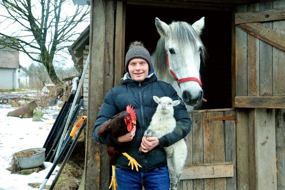"""Agris Seilis, """"Priežkalnu"""" nākamais saimnieks, šā gada martā ar saimniecības mīluļiem. Agris nešaubīgi ir viens no zinošākajiem un visjaunākajiem putnkopjiem Latvjā"""