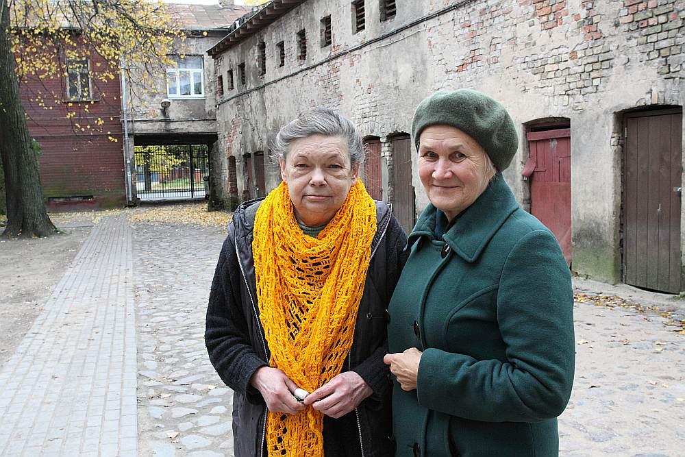 Jāņa Asara ielas 12. nama dzīvokļu īrnieces Zinaida Lapsa (no labās) un Marianna Vasiļkova stāsta, ka namīpašnieks ar dažādiem paņēmieniem spiež parakstīt vienošanos par līguma laušanu un izlikt no dzīvokļiem.