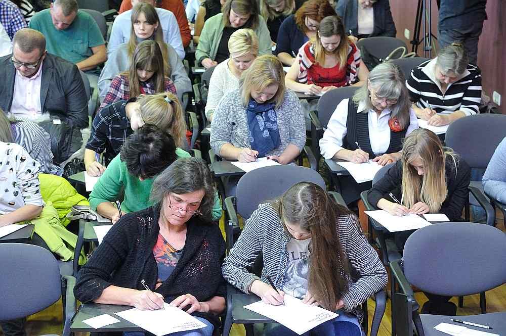 Daudzi izmantoja iespēju rakstīt diktātu Latvijas Universitātes Humanitāro zinātņu fakultātē, kur tekstu diktēja populārā aktrise Guna Zariņa.