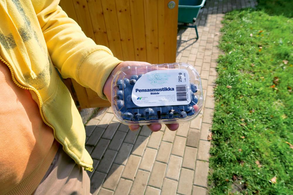 Oriģinālais iepakojums krūmmelleņu pārdošanai Somijā.