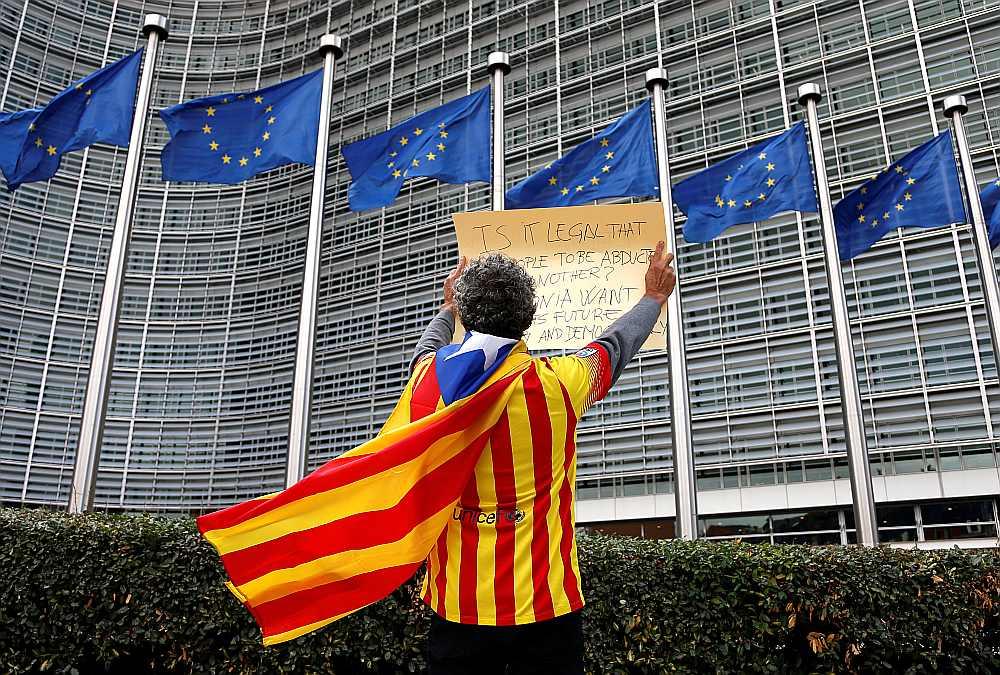 Katalonijas neatkarības aizstāvis pie Eiropas Komisijas mītnes Briselē protestē pret Spānijas policijas vardarbību un EK klusēšanu.