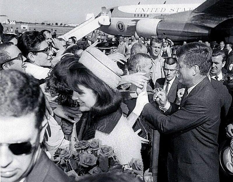 ASV prezidents Džons Kenedijs un pirmā lēdija Žaklīna Kenedija sasveicinās ar sagaidītājiem Dalasas lidostā 1963. gada 22. novembra rītā.