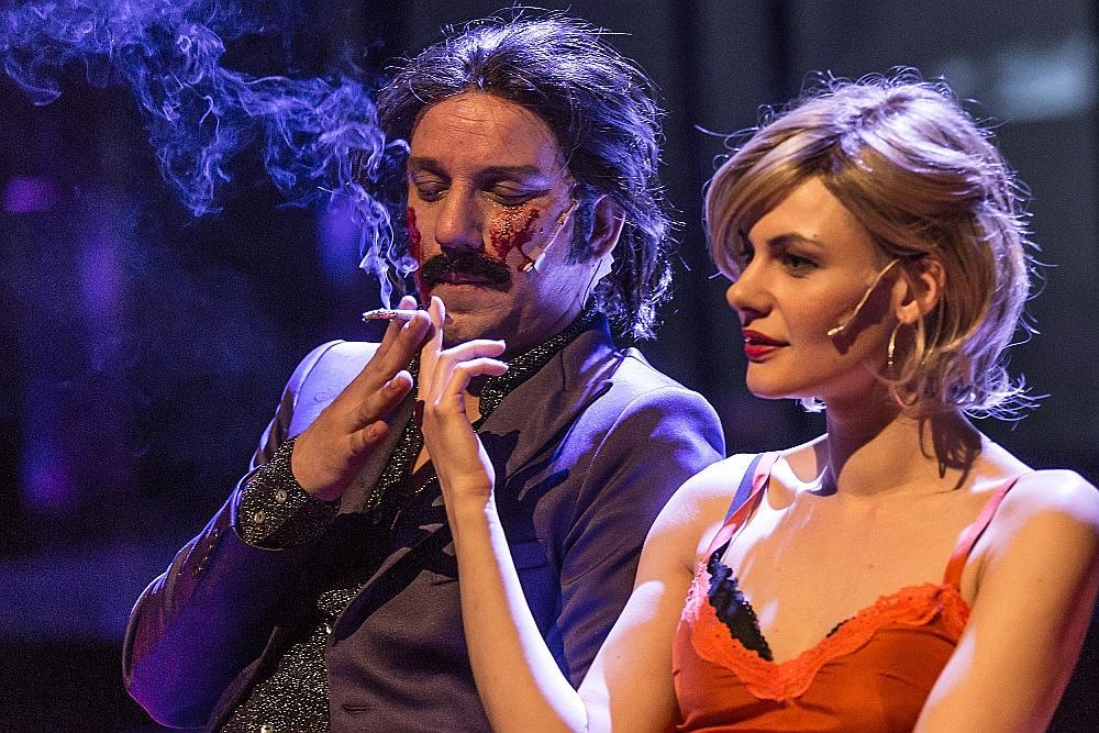 """Artūrs Skrastiņš (Bannijs Manro) un Ieva Segliņa (Lībija, viņa sieva) izrādē """"Bannija Manro nāve""""."""
