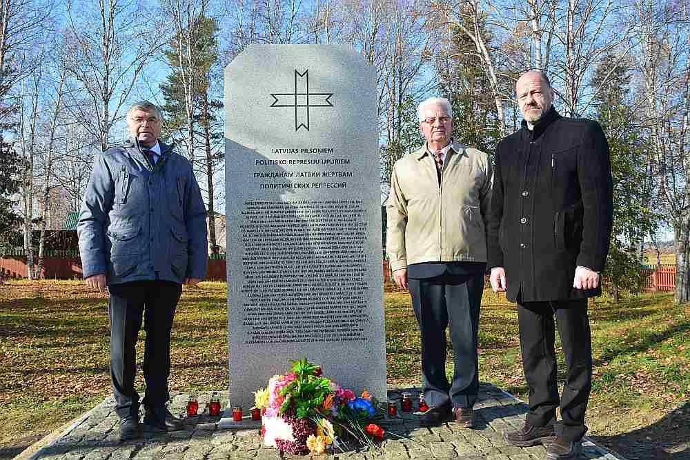 Dzintars Kraujiņš (no kreisās), Kārlis Bērziņš un Brāļu kapu komitejas valdes priekšsēdētājs Arnis Āboltiņš pie jaunatklātā pieminekļa represētajiem latviešiem Sibīrijā.