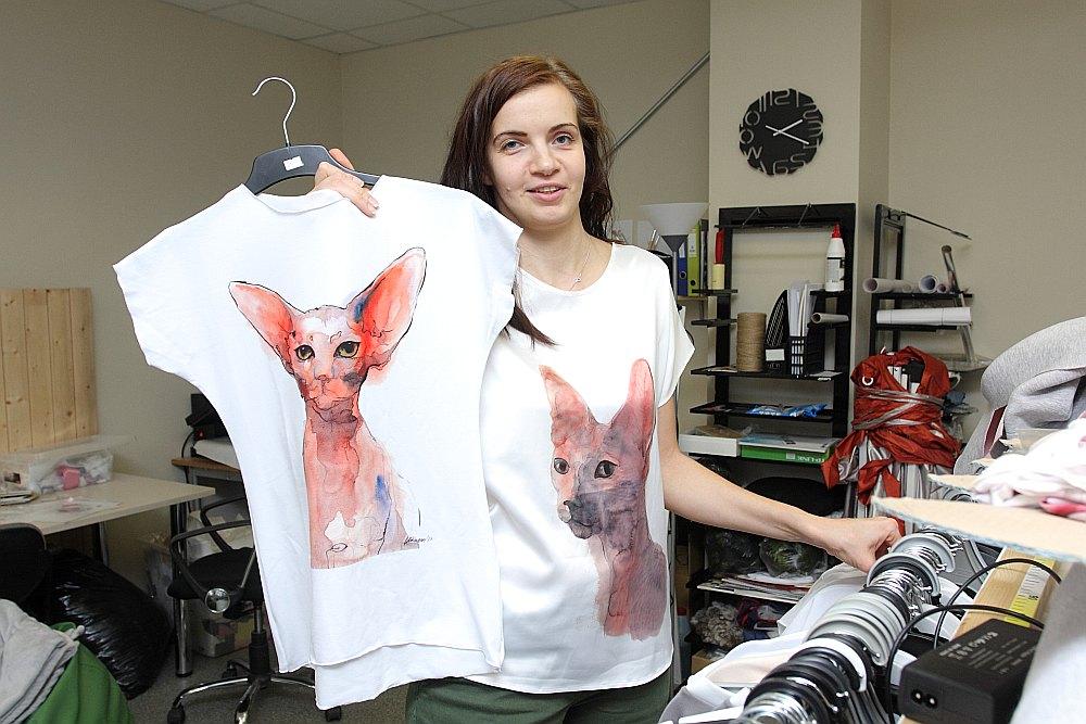 """Natālija Jermolajeva teic, ka tieši košie ūdenskrāsu zīmējumi ir lakoniskā dizaina apģērbu zīmola """"OWA"""" vizītkarte. Iecienītākās esot suņu un kaķu bildes."""
