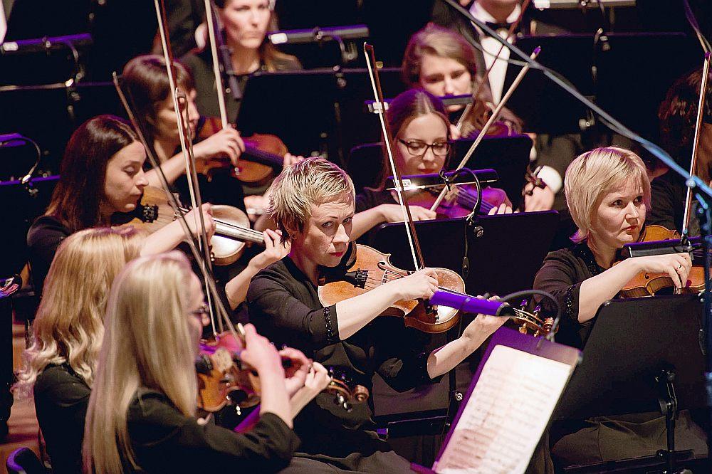 """Fināla kārtā 1. un 2. novembrī konkursanti uzstāsies Liepājas koncertzālē """"Lielais dzintars"""" kopā ar Liepājas Simfonisko orķestri Gintara Rinkeviča vadībā. Laureātu apbalvošana notiks Noslēguma koncertā turpat 3. novembrī."""