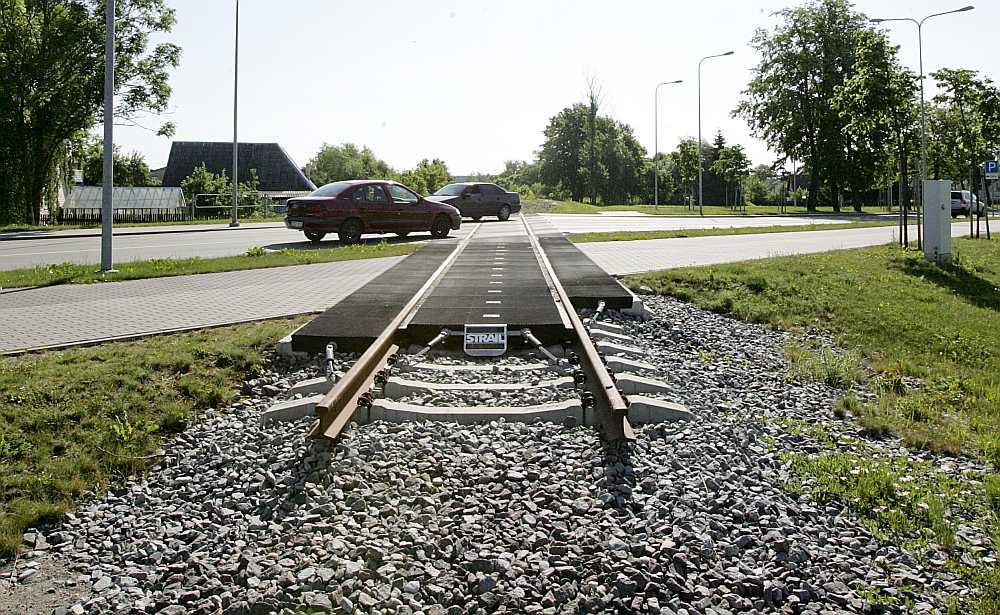 Pēc sliežu noārdīšanas Lietuvas teritorijā posmā Mažeiķi–Reņģe dažviet uz autoceļiem vēl palikušas liecības par kādreiz eksistējušo dzelzceļu.