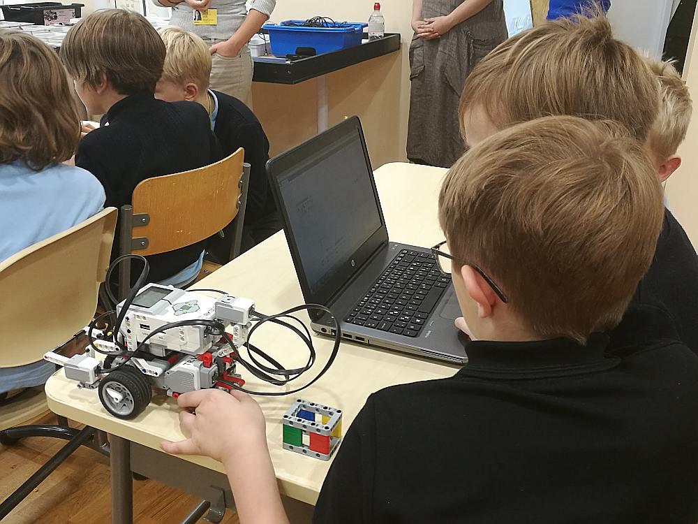 Lai robots darītu, ko bērni iecerējuši, vispirms tas attiecīgi jāieprogrammē, ko pārī veic divi otrklasnieki.