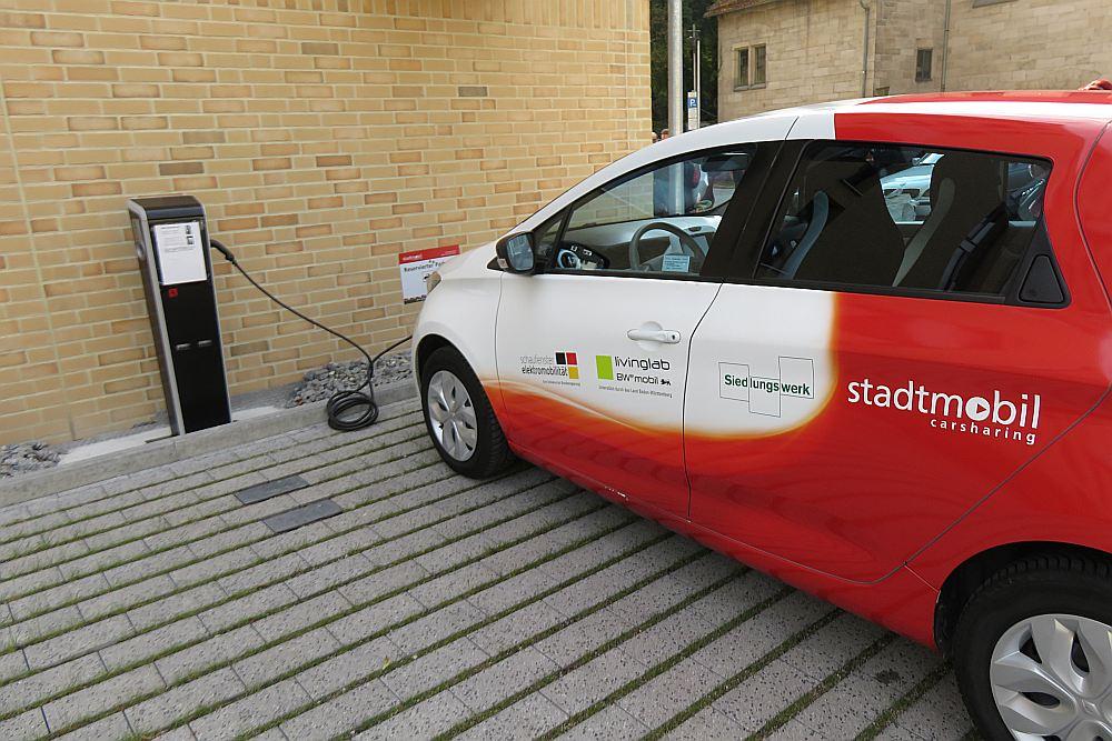 """Mājas galā viens """"Renault"""" lādējas, divi izbraukuši – tie pieder namsaimniekam, bet apkalpo Federālā auto koplietošanas asociācija """"Die Stadtmobil-Gruppe""""."""