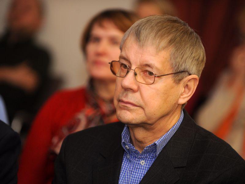 """Gunāra Astras cīņubiedrs, viens no Latvijas Neatkarības kustības dibinātājiem un grupas """"Helsinki-86"""" dalībnieks Jānis Rožkalns (dzimis 13.08.1949.) pašlaik saņem pensiju 90,35 eiro apmērā un Nacionālās pretošanās kustības dalībnieka pabalstu 100 eiro mēnesī."""
