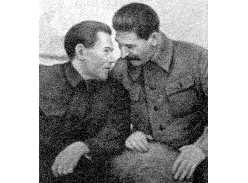 N. Ježovs un Staļins.