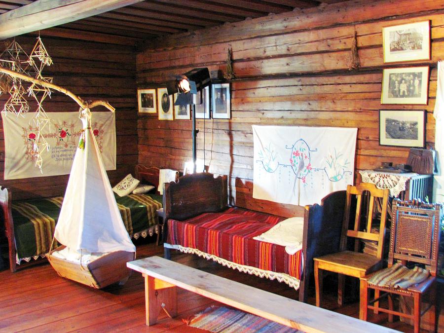 Lielā dzīvojamā istaba muzejmājā, kur izvietotas izstādes