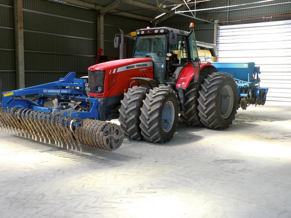 """2011. gadā no Konekesko par ES atbalsta naudu pirktais Massey Fergusson 185 ZS jaudas traktors. """"Nekādas vainas. Nākotnē, visticamāk, pirkšu tikpat jaudīgu spēkratu,"""" teic Andis. Massey Ferguson pirkts pēc konkursa nosacījumu publicēšanas Iepirkumu uzraudzības biroja mājas vietnē. Andis uzsver šīs kārtības atšķirību salīdzinājumā ar cenu aptauju, kur vēl jātirgojas ar dīleri un tikai tad cena parasti krītas. Saimnieks vērš uzmanību, ka viņš pirkumos nav ieciklējies uz vienu firmu. Traktora pirkumā vissvarīgākā ir apkalpošana, serviss. """"Traktori lūst, tāpēc svarīga ir ātra meistara ierašanās saimniecībā. Cenas par traktora servisu visiem uzņēmumiem ir aptuveni vienādas,"""" teic saimnieks."""