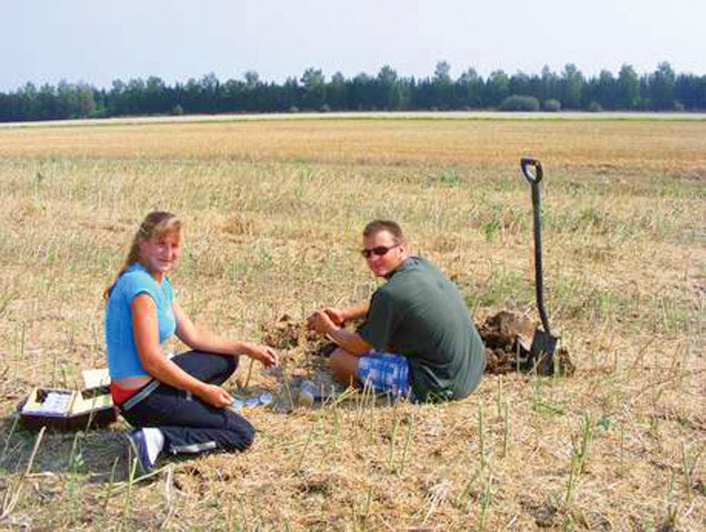 Bakalauri veic augsnes paraugu ņemšanu rudenī pēc ražas novākšanas absolūta mitruma, kapilārās porainības un tilpummasas noteikšanai