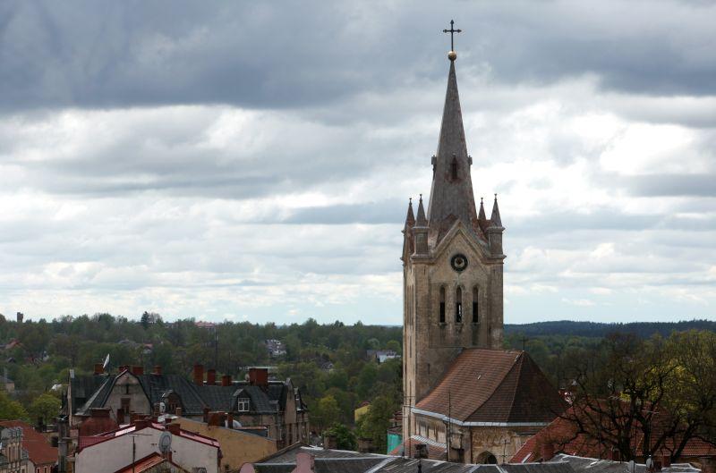 Skats uz Cēsu Svētā Jāņa evaņģēliski luteriskās baznīcas torni un namu jumtiem.