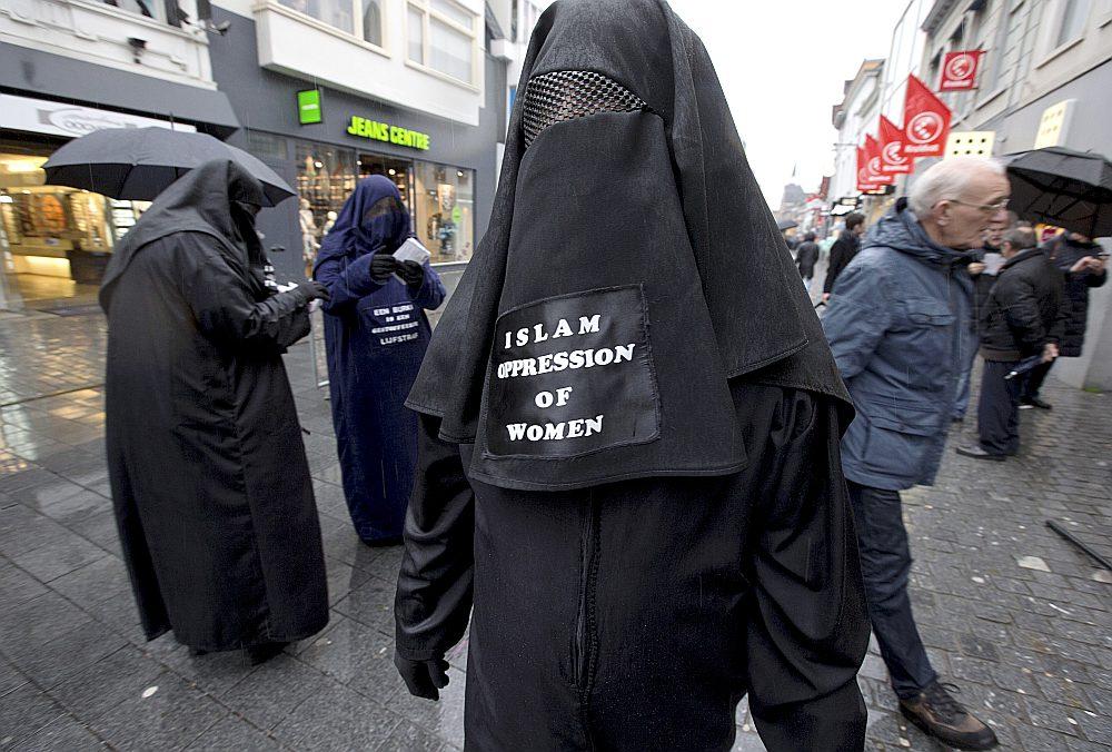 """Pagātni nezinošajiem, propagandas manipulētajiem jauniešiem pat prātā neienāk, ka uz astoņdesmito gadu robežas islāma zemēs galvu un seju aizsedzošas sievietes bija kļuvušas par eksotisku retumu. Daudzas no šķietami """"senām"""" tradīcijām patiesībā ir nesen atdzīvinātas vai no jauna radītas."""