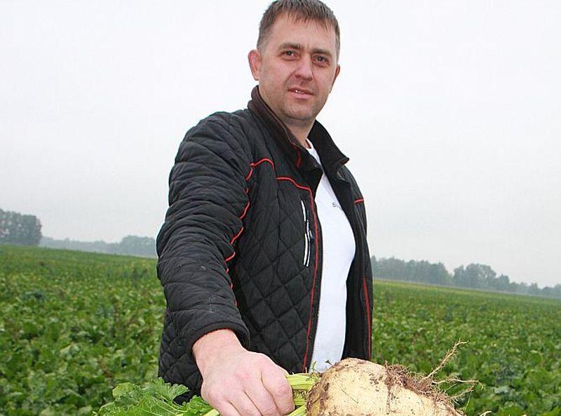 """Jelgavas novada Vilces pagasta zemnieku saimniecība """"Terēņi"""" ir viena no lielākajām cukurbiešu audzētājām Latvijā. Cukurbietes saimniecības īpašnieks Kaspars Duge realizē medniekiem meža zvēru piebarošanai un briežu dārziem."""