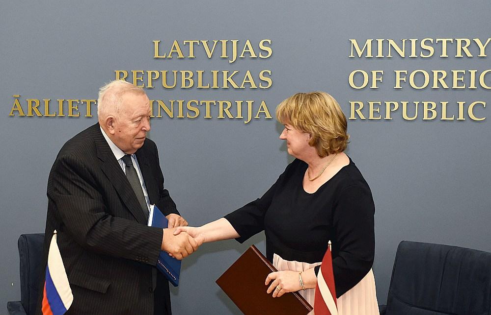 Dokumentus – demarkācijas karti, robežas aprakstu, robežzīmju protokolus, robežzīmju koordinātu un augstuma katalogu un noslēguma protokolu – parakstīja abu valstu demarkācijas komisijas līdzpriekšsēdētāji – Latvijas ģenerālkonsule Sanktpēterburgā Irina Mangule un ārkārtējais un pilnvarotais vēstnieks Aleksejs Obuhovs.