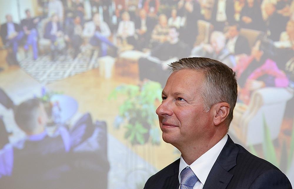 """Solidaritātes nodokļa ieviešana no Latvijas liks aizbraukt daudziem informācijas tehnoloģiju jomas speciālistiem, savulaik pauda elektronisko sakaru sniedzēja """"Lattelecom"""" valdes priekšsēdētājs Juris Gulbis. Viņš atturējās paust savu viedokli par Satversmes tiesas lēmumu, ar kuru atzīts, ka solidaritātes nodokļa ieviešana atsevišķai personu grupai neesot vienlīdzības principa pārkāpums."""