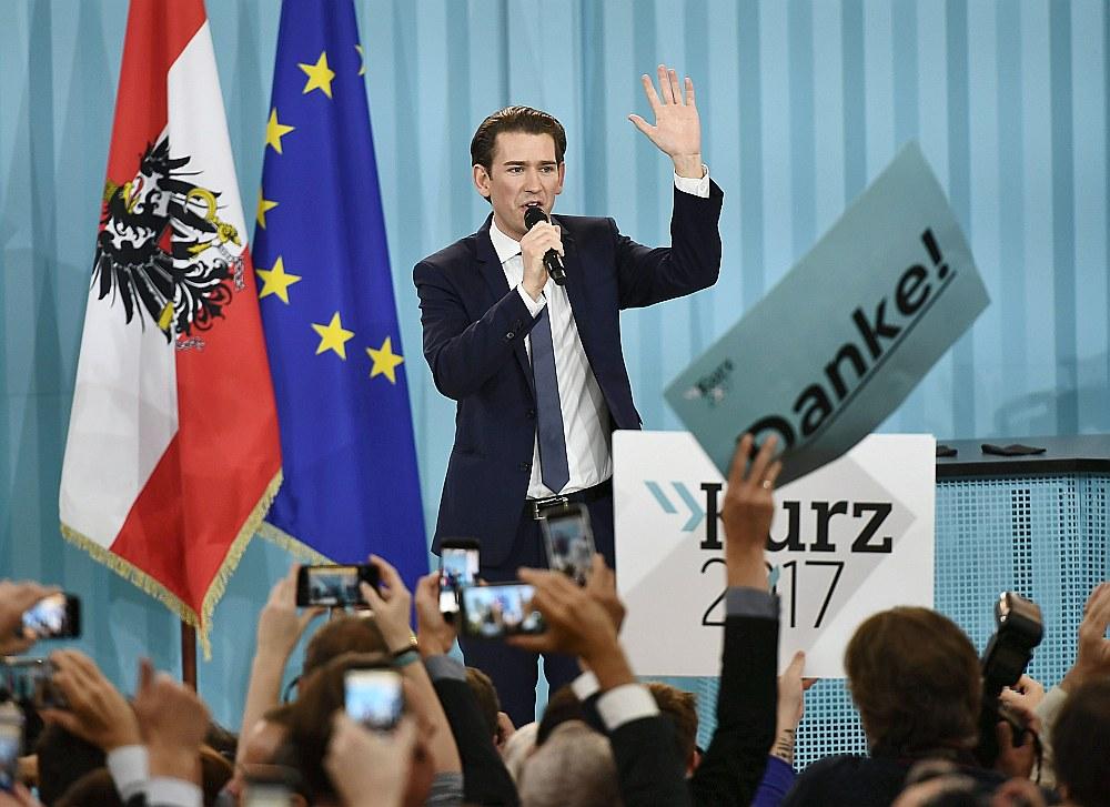 Vēlēšanās uzvarējušās Austrijas Tautas partijas līderis Sebastians Kurcs pateicas saviem atbalstītājiem.