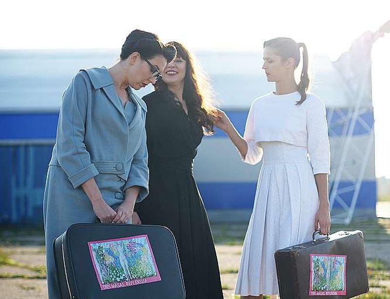 """""""Trīs māsas"""" – no kreisās: Marija Bērziņa, Daiga Kažociņa un Madara Botmane – gatavas doties ilgajā sapņu un ilūziju lidojumā."""