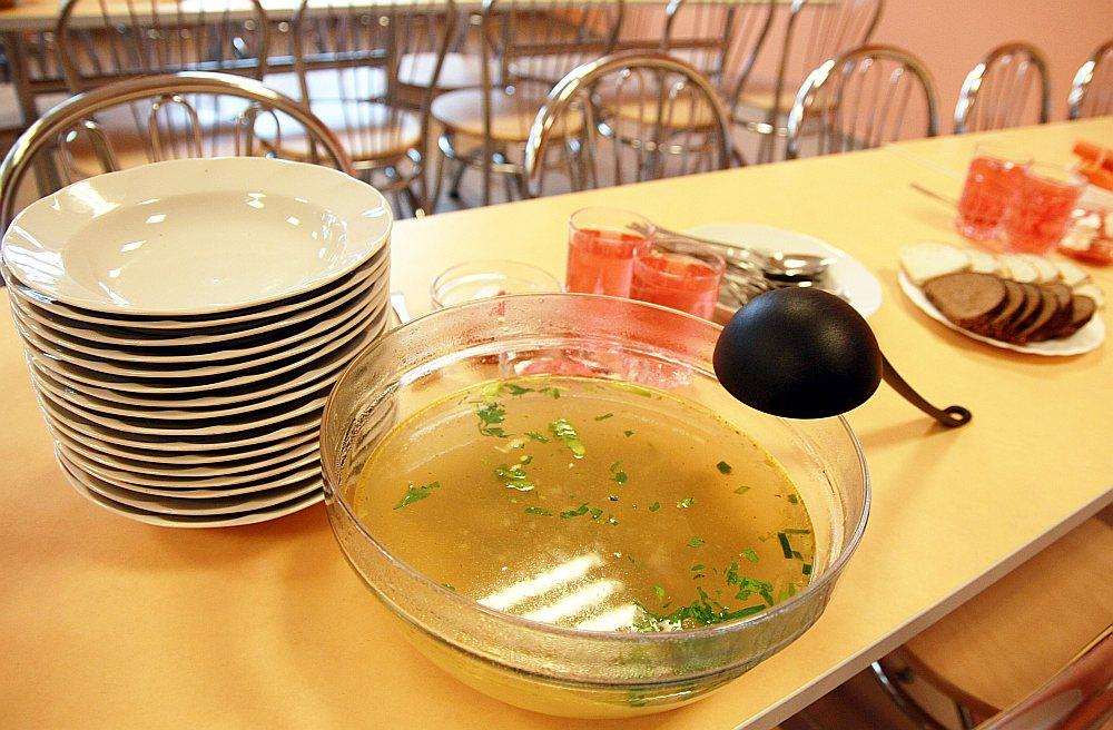 Nodrošināt skolēnu ēdināšanu par valsts un vecākajās klasēs – pašvaldību atvēlēto summu kļūst aizvien grūtāk, secina ēdināšanas uzņēmumos.