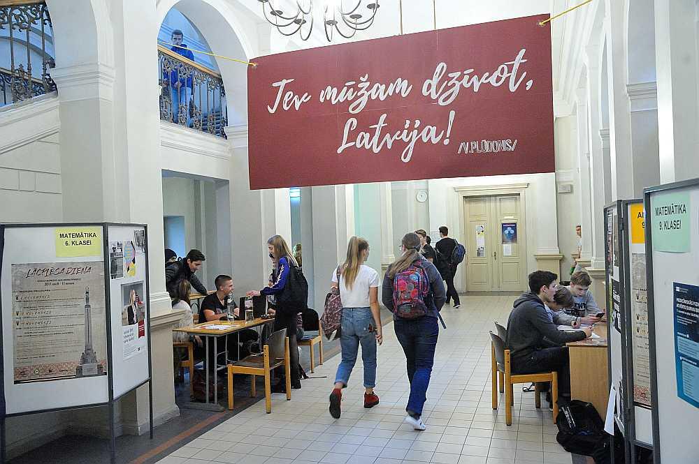"""Valsts svētku priekšvakarā Rīgas Valsts 1. ģimnāzija sagaidīs kārtējo """"Lielo pūču"""" uzlidojumu. Tāpat kā citus gadus, arī šogad tieši šīs skolas absolventi vissekmīgāk kārtojuši centralizētos eksāmenus."""