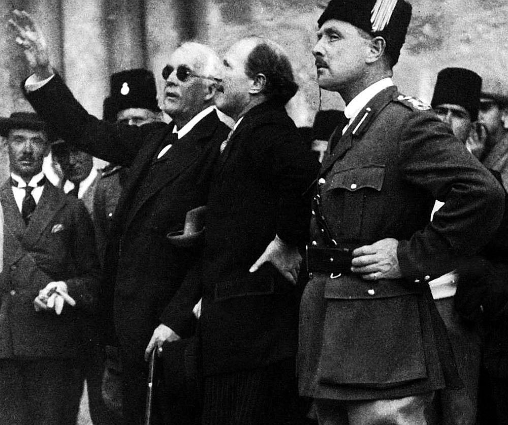 Lords Balfūrs (no kreisās) Jeruzalemē 20. gados.