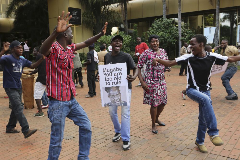 Zimbabves jaunieši līksmo ielās pēc Roberta Mugabes paziņojuma par atkāpšanos no prezidenta amata.