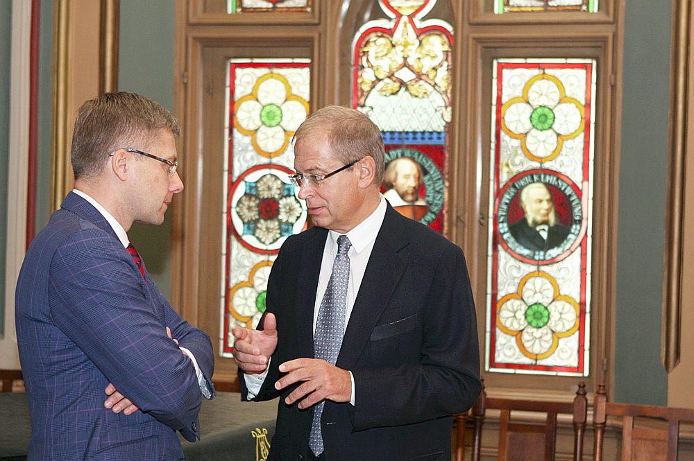 """Kandidēsim atsevišķi, koalīciju veidosim kopā, """"Saskaņas"""" līderis Nils Ušakovs un """"GKR"""" priekšsēdētājs Andris Ameriks apspriežas pirms """"GKR"""" kongresa lēmuma par kandidēšanu Saeimas vēlēšanās kopā ar reģionālajām partijām. Tā drīzāk ir politiskā taktika vēlētāju piesaistīšanai, nevis atsvešināšanās starp abiem politiskajiem partneriem."""