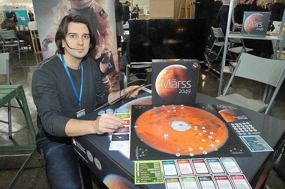 Dagnis Skurbe izveidojis stratēģisku galda spēli, par kuras uzvarētāju kļūst tas spēlētājs, kurš pirmais sasniedz Marsa ziemeļpolu un uzbūvē ūdens ieguves staciju.