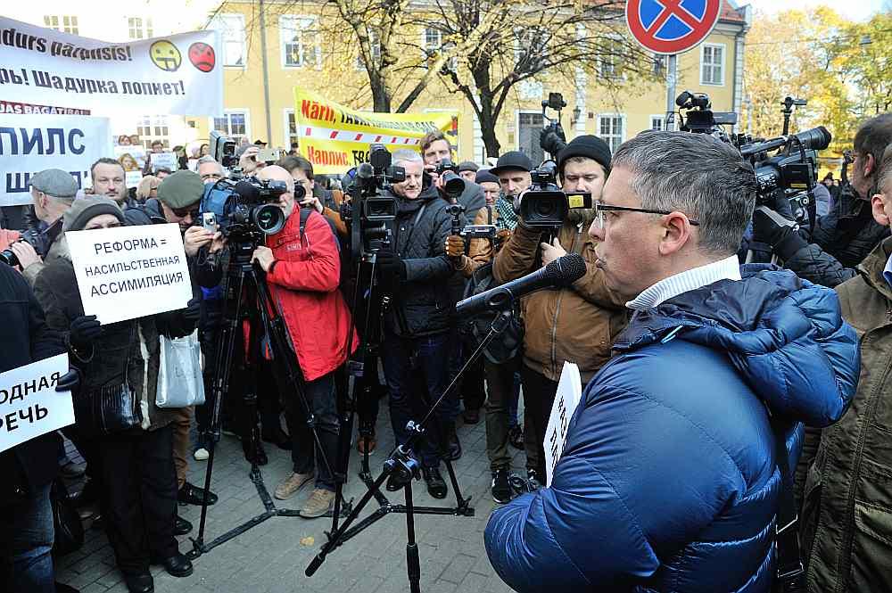 Degi Karajevs uzskata, ka Latvijā uzspiež valsts valodu, tādējādi radot pretestību krievvalodīgajos.