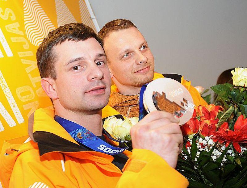 Martins (no kreisās) un Tomass Dukuri, pirms gandrīz četriem gadiem atgriezušies no Sočiem, smaidīja diezgan samocīti. Tagad smaidi kļuvuši neviltoti.