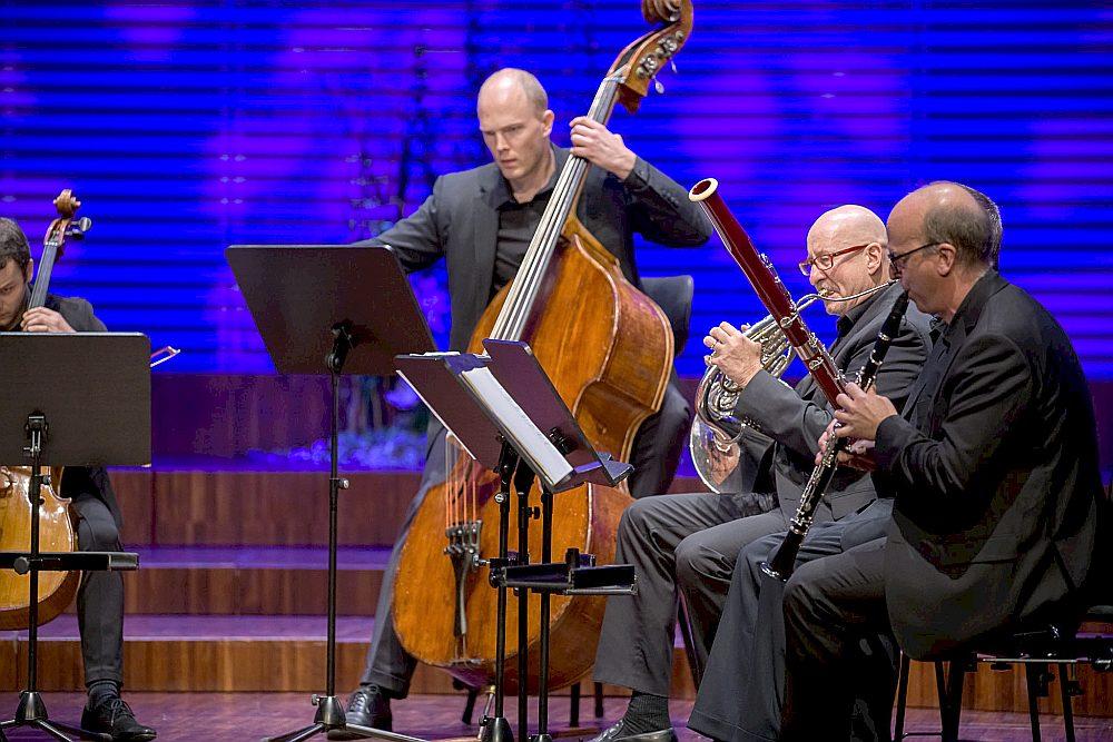 """""""Scharoun Ensemble"""" mākslinieki līdzās pagātnes meistaru partitūrām nebaidās programmās iekļaut laikmetīgo mūziku un aicina komponistus radīt jaundarbus."""