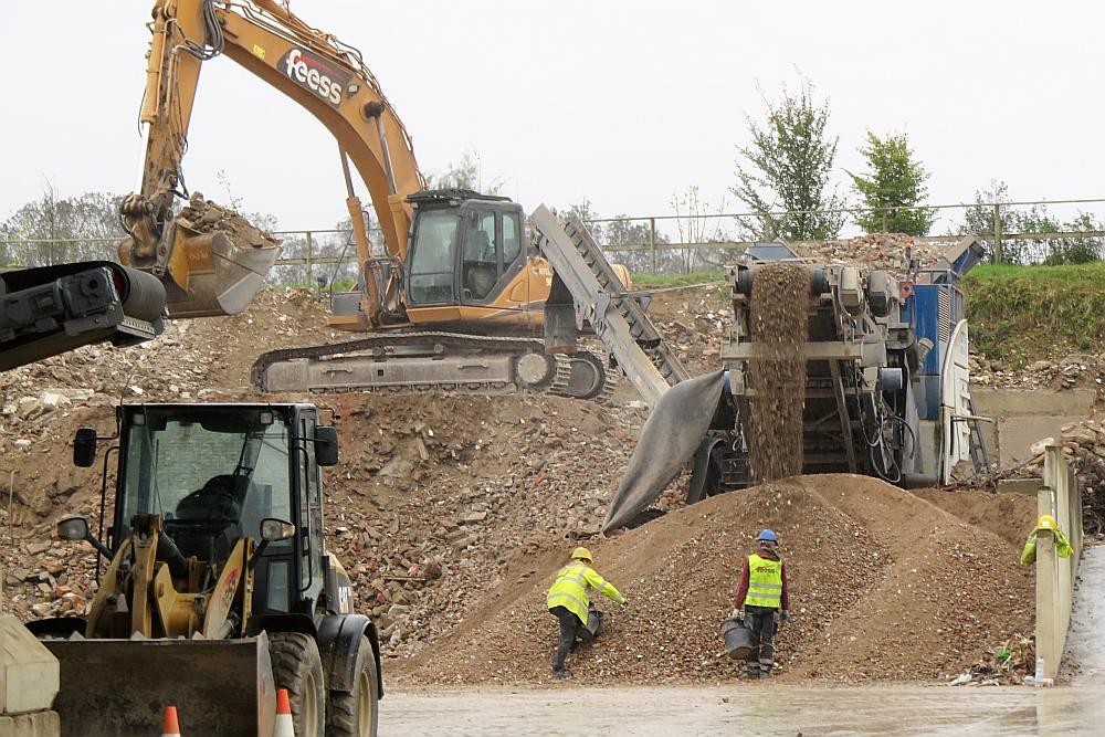 """""""Fess"""" sadrupina mūra sienas, asfaltbetona ceļus un betona pamatus un sastāvdaļas izmanto jauna betona radīšanai – pat smiltis un grants tiek savākta un par jaunu iejaukta tā sastāvā."""