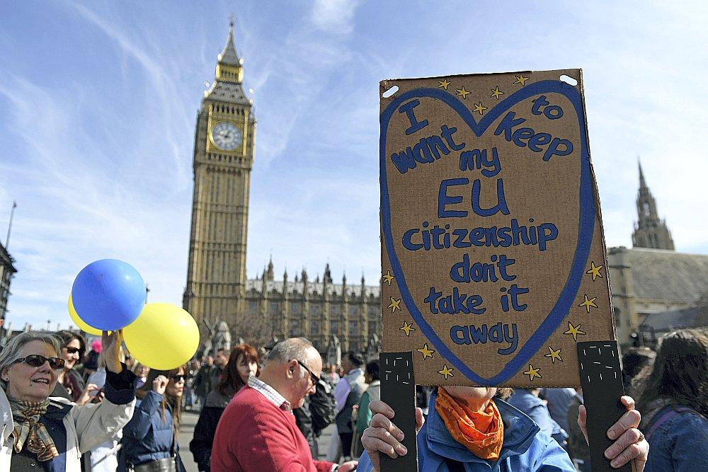 """Demonstrants pie Apvienotās Karalistes Parlamenta ar plakātu """"Es gribu saglabāt savu ES pilsonību""""."""