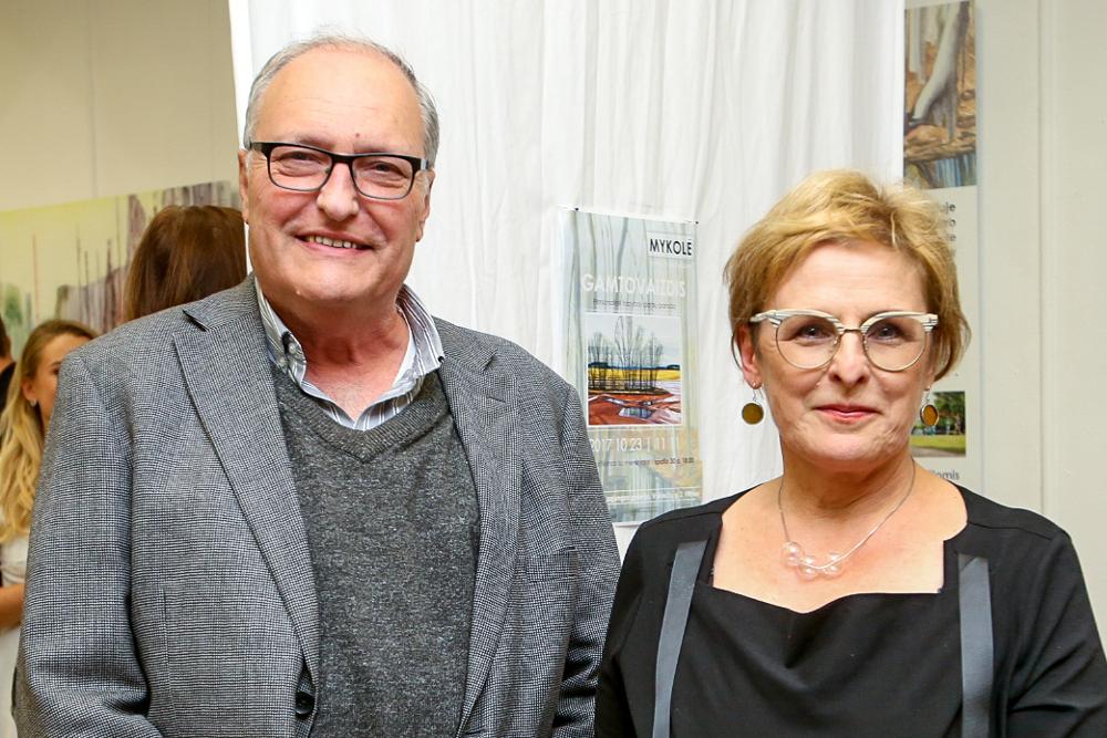 """Rūta Vanagaite kopā ar dzīvesdraugu, Simona Vīzentāla centra Izraēlā direktoru Efraimu Zurofu grāmatas """"Mūsējie"""" atvēršanā."""
