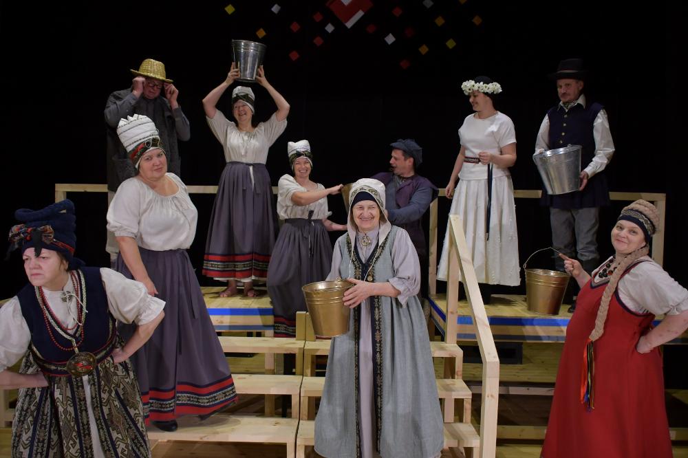 """Saimnieki – Jēkabpils Tautas teātris – šogad """"Laipas"""" skatītājus iepriecēs ar dziesmuspēli pēc Jāņa Jaunsudrabiņa lugas """"Ezermaļu krokodils"""" motīviem."""