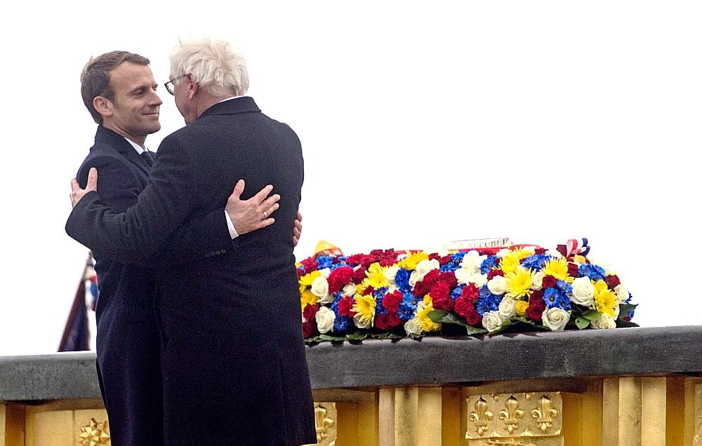Francijas prezidents Emanuels Makrons (no kreisās) un Vācijas prezidents Franks Valters Šteinmeiers apliecināja abu valstu draudzību, atklājot kopīgu kara muzeju vienā no Pirmā pasaules kara asiņaināko kauju vietām.