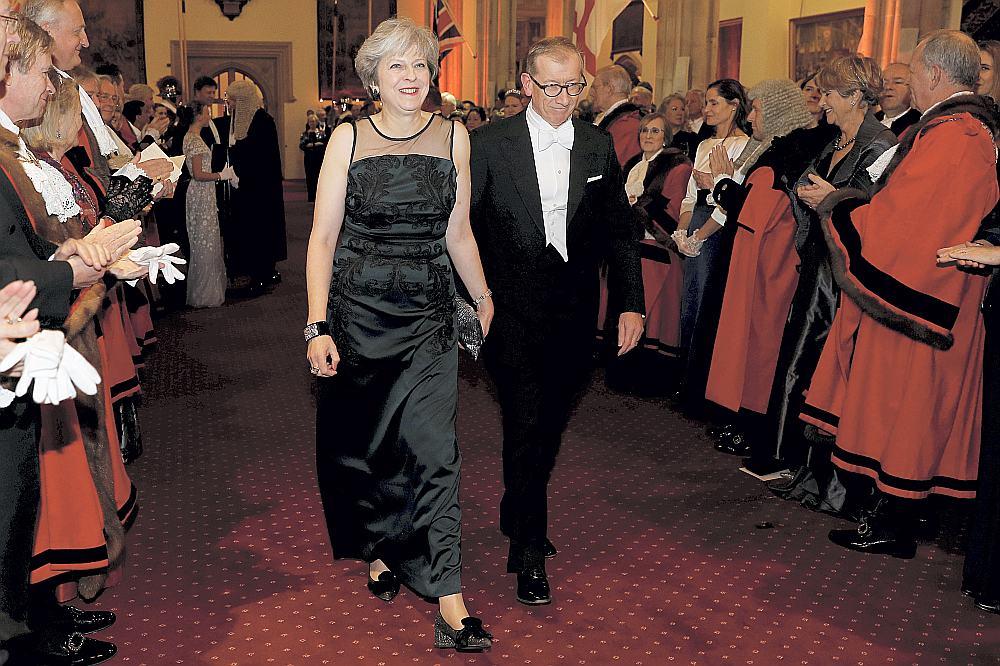 Britānijas premjerministre Terēza Meja dzīvesbiedra Filipa pavadībā ierodas uz Londonas Sitijas lordmēra rīkoto pieņemšanu.