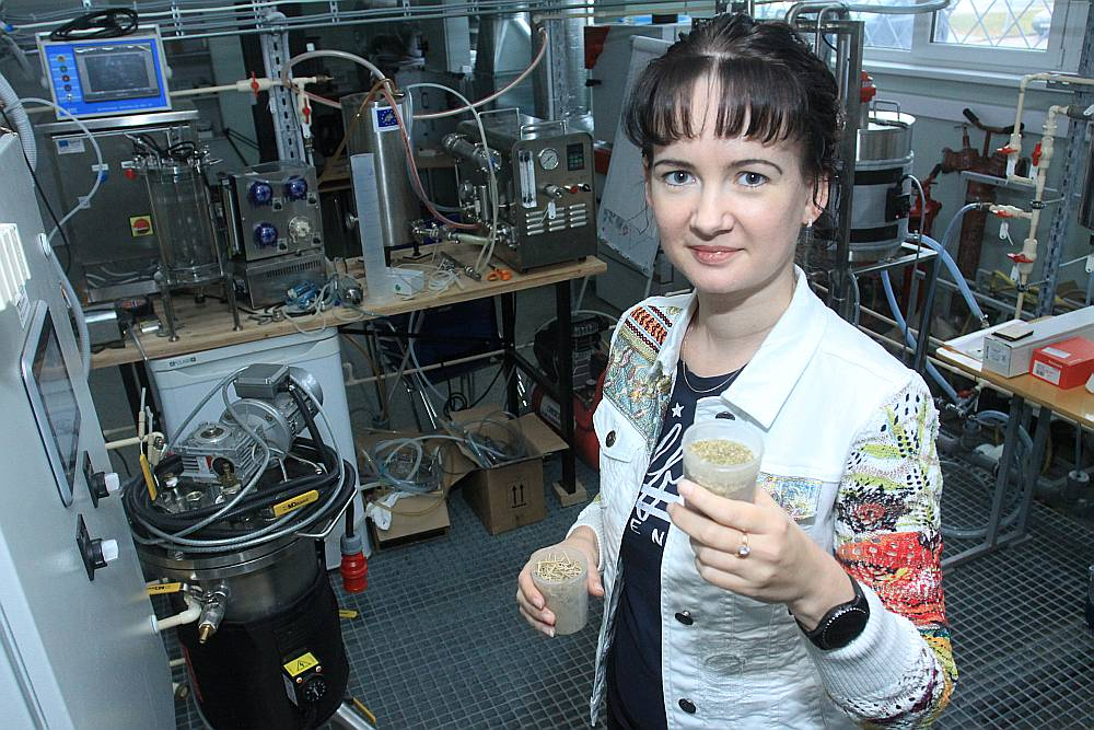 Linda Mežule stāsta, ka biodegvielu iespējams ražot no visdažādākajiem lauksaimniecības atkritumiem.