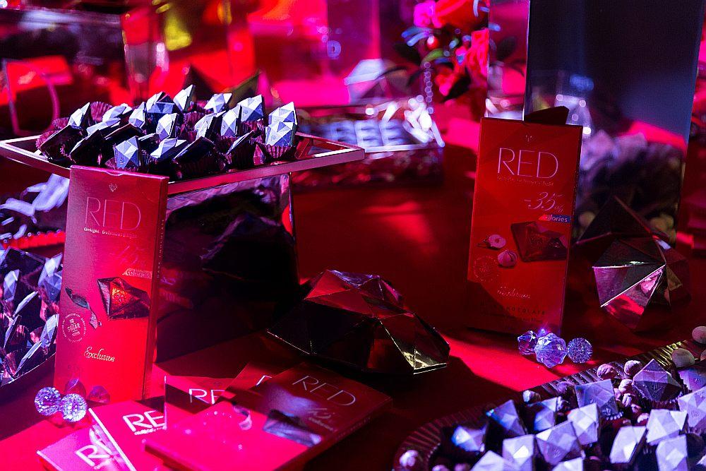"""Šokolādes """"RED"""" tāfelītes cena veikalos: parasti 2,70 līdz 3 eiro par tāfelīti, akcijas laikā – nedaudz zem 2 eiro. Kastīte 4,50 eiro, akcijas laikā nedaudz zem 4 eiro."""