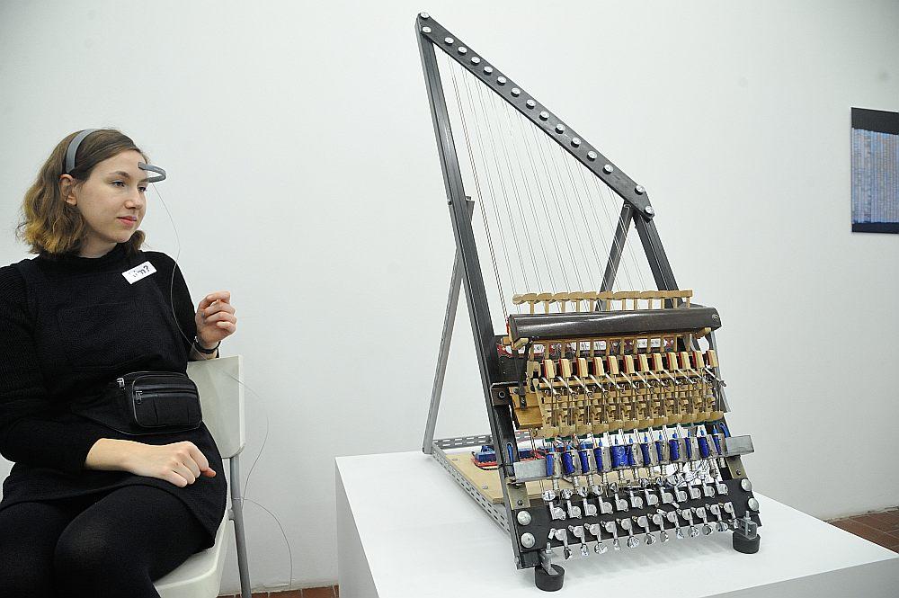 """Guntas Dombrovskas interaktīvā skaņas skulptūra """"Prāta vēstījums"""" (2006) atspoguļo cilvēka un tehnoloģiju mijiedarbi gan kā apzināti kontrolējamu """"sadarbību"""", gan kā sava veida mistifikāciju realitātei."""