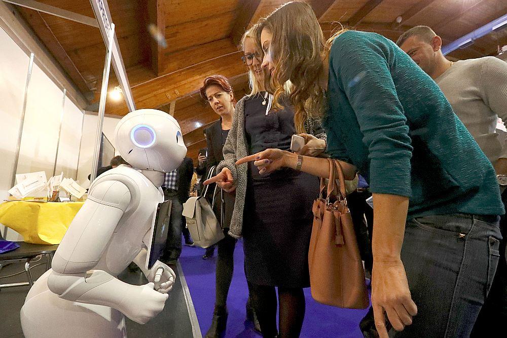 """""""Pepper"""", ko izgatavojis """"Softbank Robotics Corp."""" ir pirmais cilvēkveidīgais robots ar mākslīgo intelektu un emociju atpazīšanas spēju. Robots jau tiek izmantots dažādos veikalos, kur tā uzdevums ir komunicēt ar klientiem."""